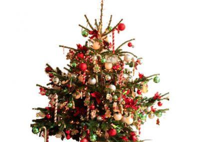 Gedecoreerde-kerstboom-American-Santa-met-echte-boom-460x460